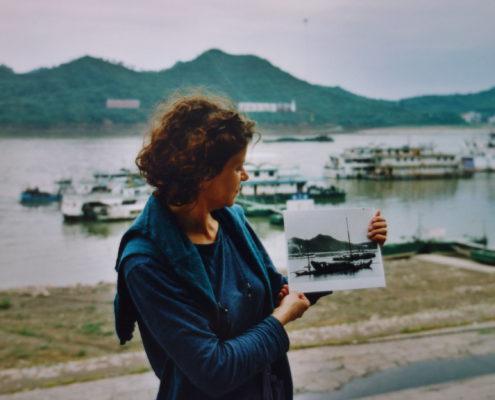 Tamara Wyss auf den Spuren ihrer Großeltern, Chongqing, 2002. Foto: privat, Fotografin: Lie Mei